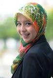 Κορίτσι μαντίλι με τα δόντια στηριγμάτων Στοκ Φωτογραφίες