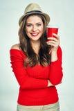 Χαμόγελο του κόκκινου θερμού πουλόβερ κοριτσιών που φορά το κόκκινο φλυτζάνι καφέ εκμετάλλευσης Στοκ φωτογραφία με δικαίωμα ελεύθερης χρήσης