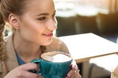 Χαμόγελο του δοκιμάζοντας φλυτζανιού γυναικών του ποτού Στοκ φωτογραφία με δικαίωμα ελεύθερης χρήσης