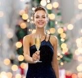Χαμόγελο του ποτηριού εκμετάλλευσης γυναικών του λαμπιρίζοντας κρασιού στοκ φωτογραφίες