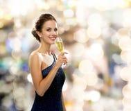 Χαμόγελο του ποτηριού εκμετάλλευσης γυναικών του λαμπιρίζοντας κρασιού στοκ φωτογραφία με δικαίωμα ελεύθερης χρήσης