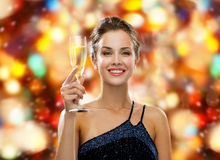 Χαμόγελο του ποτηριού εκμετάλλευσης γυναικών του λαμπιρίζοντας κρασιού στοκ εικόνες