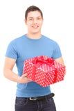 Χαμόγελο του όμορφου τύπου που κρατά ένα παρόν στοκ εικόνες με δικαίωμα ελεύθερης χρήσης