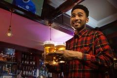 Χαμόγελο φέρνοντας ποτηριών ατόμων afro των αμερικανικών της μπύρας Στοκ φωτογραφίες με δικαίωμα ελεύθερης χρήσης