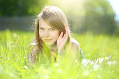 χαμόγελο χλόης κοριτσιών Στοκ Φωτογραφία