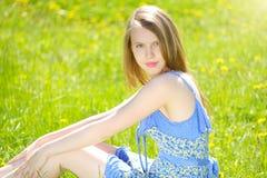 χαμόγελο χλόης κοριτσιών Στοκ φωτογραφία με δικαίωμα ελεύθερης χρήσης