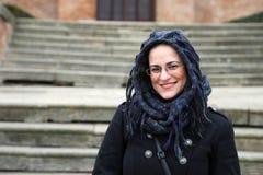 Χαμόγελο όμορφο Brunette με το πέπλο και τα γυαλιά Στοκ εικόνες με δικαίωμα ελεύθερης χρήσης