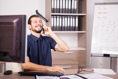 Χαμόγελο CEO στο μπλε πουκάμισο και δεσμός που μιλά στο τηλέφωνο Στοκ εικόνες με δικαίωμα ελεύθερης χρήσης