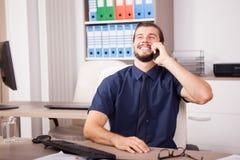 Χαμόγελο CEO στο μπλε πουκάμισο και δεσμός που μιλά στο τηλέφωνο Στοκ Εικόνες