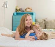 Χαμόγελο mom με το παιδί σας στοκ φωτογραφίες με δικαίωμα ελεύθερης χρήσης