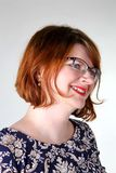 Χαμόγελο redhead στα γυαλιά στο floral φόρεμα στοκ εικόνες με δικαίωμα ελεύθερης χρήσης