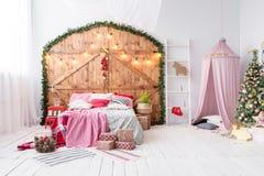Χαμόσπιτο που προετοιμάζεται για τα παιδιά Όμορφο νέο ντεκόρ έτους του σπιτιού Χριστουγέννων δωματίων παιδιών στοκ εικόνα