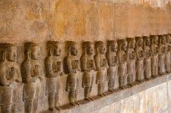 Χαράζοντας είδωλα στον εσωτερικό τοίχο του ναού Airavatesvara, Darasuram, κοντά σε Kumbakonam, Tamil Nadu, Ινδία Στοκ εικόνα με δικαίωμα ελεύθερης χρήσης