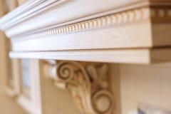 Χαράζοντας στοιχείο Έπιπλα στο κλασικό ύφος άσπρο ξύλο χρώματος με τη χρυσή περιποίηση όρφνωση γλυπτική Μικρό βάθος του πεδίου πο στοκ εικόνα με δικαίωμα ελεύθερης χρήσης