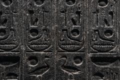 Χαράξεις υπαινικτικές στην αιγυπτιακή μυθολογία, που γίνεται στην πέτρα στοκ φωτογραφία με δικαίωμα ελεύθερης χρήσης