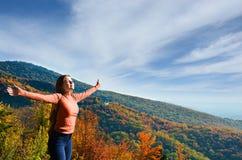 Χαρά και ελευθερία, νέα γυναίκα που απολαμβάνουν τη ζωή υπαίθρια στοκ εικόνα
