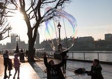 Χαρά, παιδιά που χαράζει τις φυσαλίδες Λονδίνο Στοκ εικόνα με δικαίωμα ελεύθερης χρήσης