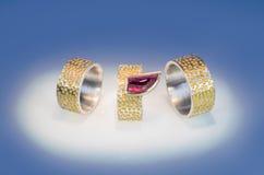 Χαραγμένα δαχτυλίδια με Granat στοκ εικόνα