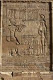 Χαραγμένες ανακουφίσεις και hieroglyphs στο ναό Horus σε Edfu στην Αίγυπτο Στοκ Εικόνες