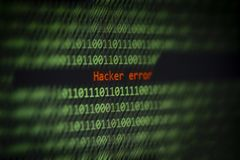 Χαραγμένη επιφυλακή στοιχείων κωδικού αριθμού δυαδικών τεχνολογίας υπολογιστών! Λάθος χάκερ στην οθόνη επίδειξης στοκ εικόνες