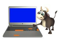 Χαρακτήρας κινουμένων σχεδίων του Bull με το lap-top Στοκ εικόνες με δικαίωμα ελεύθερης χρήσης