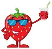 Χαρακτήρας μασκότ κινούμενων σχεδίων φρούτων φραουλών με τα γυαλιά ηλίου που κρατά ψηλά ένα ποτήρι του χυμού Στοκ εικόνα με δικαίωμα ελεύθερης χρήσης