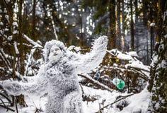 Χαρακτήρας παραμυθιού Yeti φωτογραφία χειμερινής στη δασική υπαίθρια φαντασίας Στοκ Φωτογραφίες
