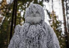 Χαρακτήρας παραμυθιού Yeti φωτογραφία χειμερινής στη δασική υπαίθρια φαντασίας Στοκ Εικόνα