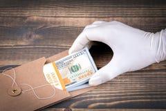 Χαρακτηρισμένα δολάρια που μετρούν με το χέρι με τα comds στοκ φωτογραφία με δικαίωμα ελεύθερης χρήσης