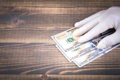 Χαρακτηρισμένα δολάρια που μετρούν με το χέρι με τα comds στοκ εικόνες με δικαίωμα ελεύθερης χρήσης