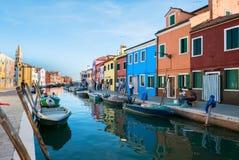 Χαρακτηριστικά λαμπρά χρωματισμένα σπίτια Burano, λιμνοθάλασσα της Βενετίας, Ιταλία Στοκ εικόνα με δικαίωμα ελεύθερης χρήσης