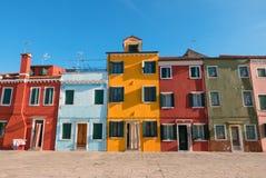 Χαρακτηριστικά λαμπρά χρωματισμένα σπίτια Burano, λιμνοθάλασσα της Βενετίας, Ιταλία Στοκ φωτογραφία με δικαίωμα ελεύθερης χρήσης