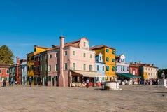 Χαρακτηριστικά λαμπρά χρωματισμένα σπίτια Burano, λιμνοθάλασσα της Βενετίας, Ιταλία Στοκ Φωτογραφίες