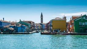 Χαρακτηριστικά λαμπρά χρωματισμένα σπίτια Burano, λιμνοθάλασσα της Βενετίας, Ιταλία Στοκ Εικόνες