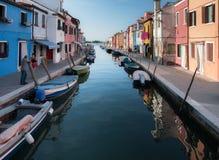 Χαρακτηριστικά λαμπρά χρωματισμένα σπίτια Burano, λιμνοθάλασσα της Βενετίας, Ιταλία Στοκ Φωτογραφία