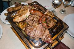 Χαρακτηριστικά βόειο κρέας και λουκάνικα ψητού στην Αργεντινή στοκ εικόνες με δικαίωμα ελεύθερης χρήσης