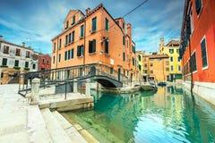 Χαρακτηριστικά ενετικά κτήρια με τα στενά κανάλια, Βενετία, Ιταλία, Ευρώπη Στοκ εικόνες με δικαίωμα ελεύθερης χρήσης