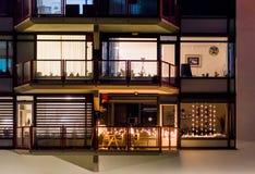 Χαρακτηριστικά ευρωπαϊκά παράθυρα διαμερισμάτων με ένα διακοσμημένο μπαλκόνι, ολλανδική αρχιτεκτονική τη νύχτα στοκ φωτογραφίες