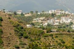 Χαρακτηριστικά ισπανικά του χωριού σπίτια και καλλιεργήσιμο έδαφος στους λόφους του anda Στοκ Εικόνα