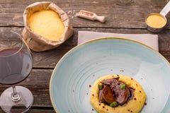 Χαρακτηριστικά ιταλικά τρόφιμα, polenta το μικρό κρέας αιγών Capretto που ψήνεται με στοκ φωτογραφίες