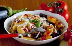 Χαρακτηριστικά ιταλικά τρόφιμα: σισιλιάνα ζυμαρικά, αποκαλούμενα norma Στοκ Φωτογραφίες