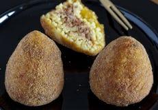 Χαρακτηριστικά ιταλικά τρόφιμα: σισιλιάνα τρόφιμα αποκαλούμενα arancino Στοκ φωτογραφία με δικαίωμα ελεύθερης χρήσης