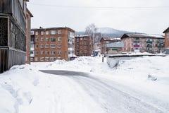 Χαρακτηριστικά κατοικημένα κτήρια στην τακτοποίηση αστικός-τύπων Sheregesh στο βουνό Shoria - Σιβηρία στοκ φωτογραφία με δικαίωμα ελεύθερης χρήσης