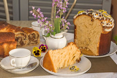 Χαρακτηριστικά κατ' οίκον ψημένα κέικ Πάσχας για το χρόνο τσαγιού Στοκ Εικόνες