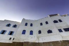 Χαρακτηριστικά μαροκινά παράθυρα μορίων οικοδόμησης, ενάντια σε έναν βαθύ μπλε ουρανό, Στοκ Εικόνες