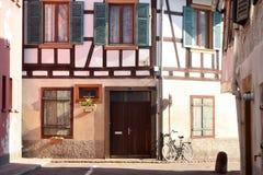 Χαρακτηριστικά μισό-εφοδιασμένα με ξύλα σπίτια στην περιοχή της Αλσατίας της Γαλλίας Στοκ φωτογραφία με δικαίωμα ελεύθερης χρήσης