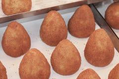 Χαρακτηριστικά νότια ιταλικά τρόφιμα αποκαλούμενα arancino Στοκ φωτογραφία με δικαίωμα ελεύθερης χρήσης