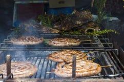 Χαρακτηριστικά σαρδηνιακά τρόφιμα Ψητό λουκάνικων, κομμάτια του ψητού κρέατος και στοκ φωτογραφίες με δικαίωμα ελεύθερης χρήσης