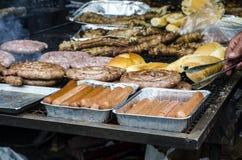 Χαρακτηριστικά σαρδηνιακά τρόφιμα Ψητό λουκάνικων, ψωμί, ψητό μπριζολών, χοίρος στοκ φωτογραφία