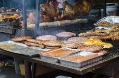 Χαρακτηριστικά σαρδηνιακά τρόφιμα Ψητό λουκάνικων, ψωμί, ψητό μπριζολών, χοίρος στοκ φωτογραφία με δικαίωμα ελεύθερης χρήσης
